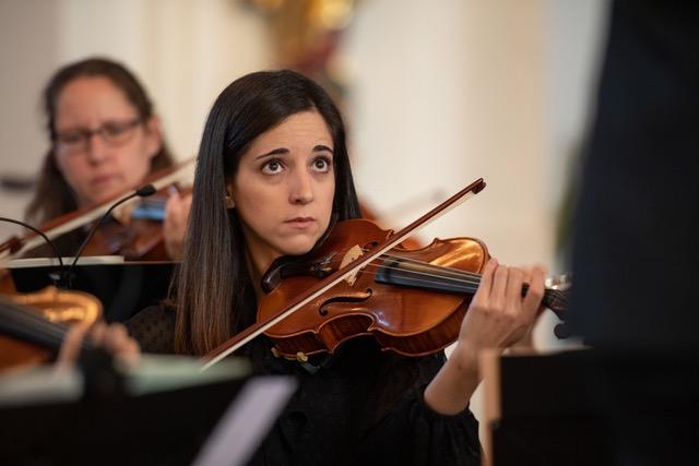 mulher jovem a tocar violino