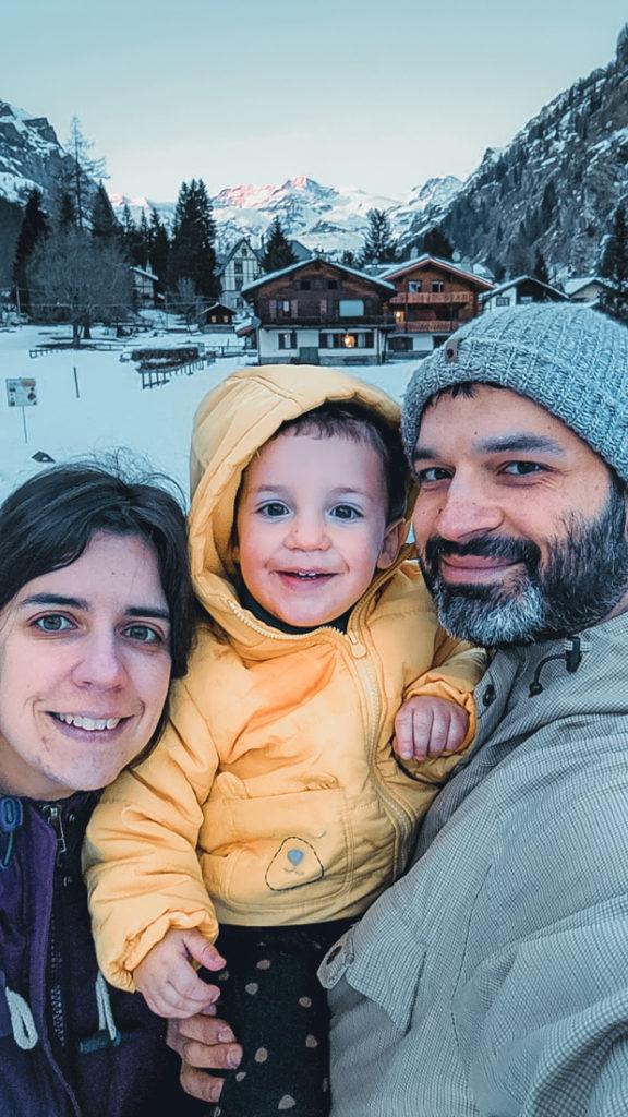 Mãe, pai e filho bebé na neve